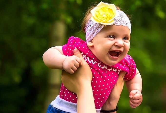 抱きかかえられている赤ちゃん