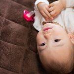 カメラ目線の赤ちゃん