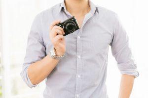 カメラを持っている男性