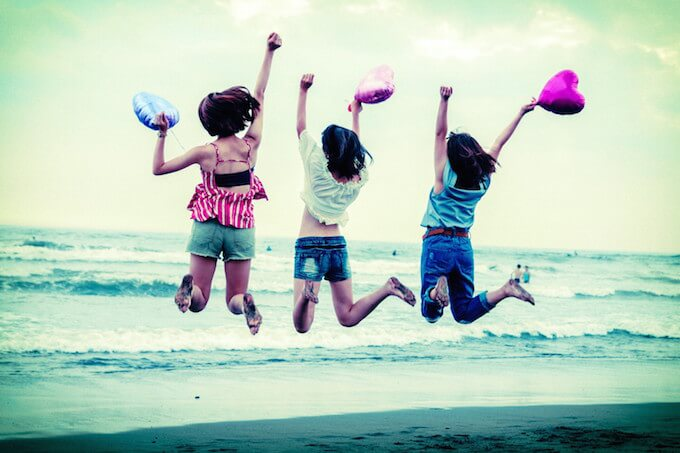 砂浜ではしゃぐ女子