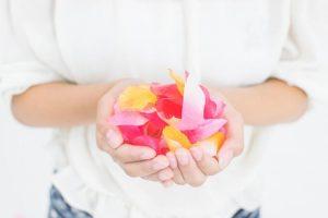 花を持っている女性