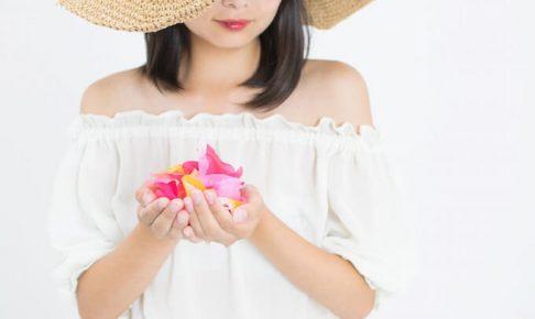 花びらを持っている女性