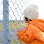 滑走路を見ている少年