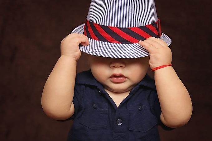 帽子を深くかぶっている