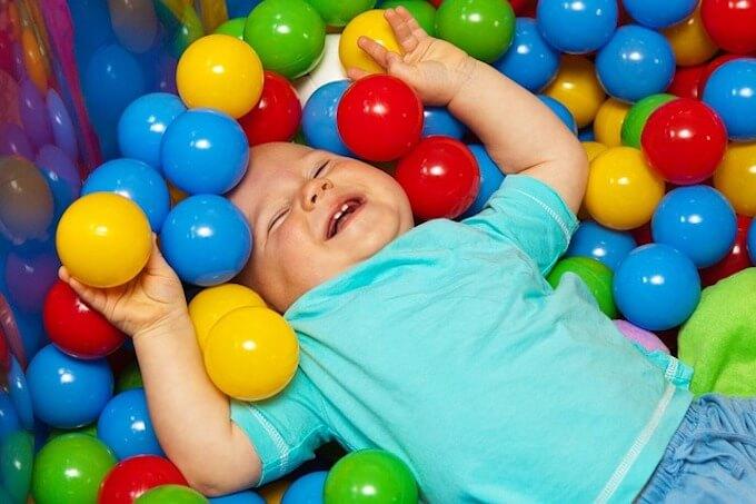 ボールに囲まれている赤ちゃん