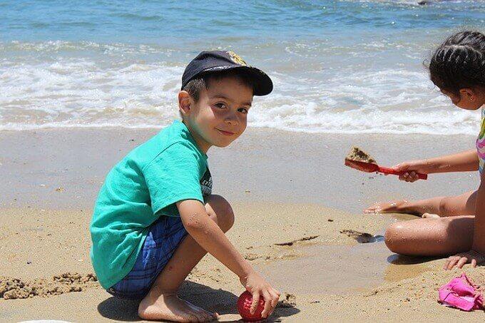 砂遊びしている子供