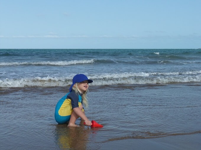 ビーチで遊んでいる男の子