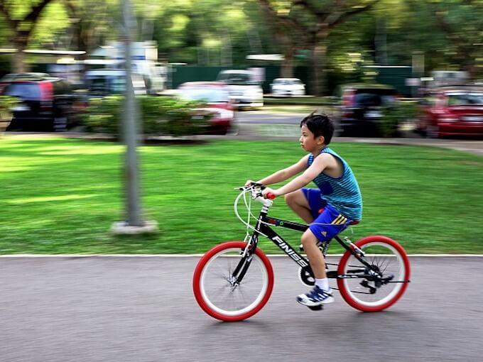 自転車を漕いでいる男の子