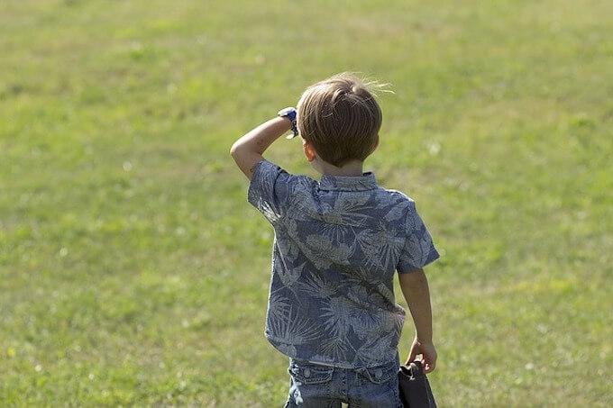 どこかを眺めている少年