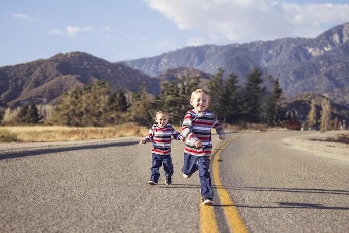 走っている子供たち