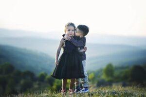 子供がキス