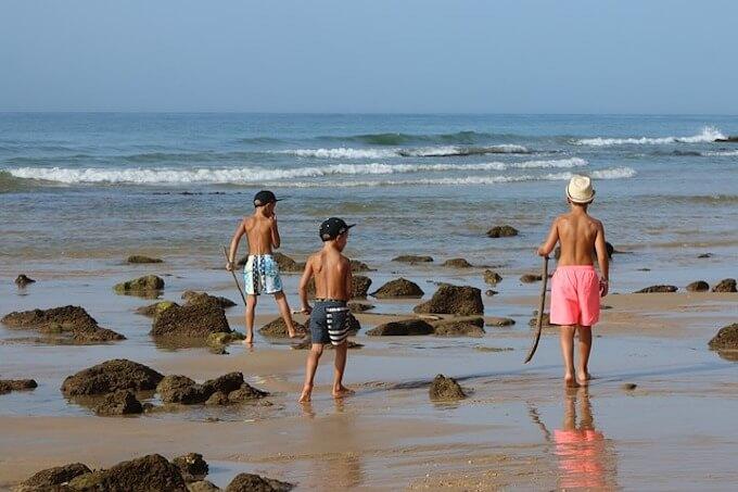 海岸で遊ぶ子供