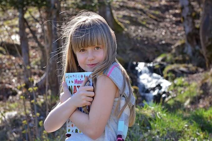 本を抱えている女の子