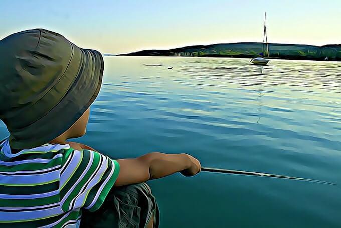 川を見ている少年