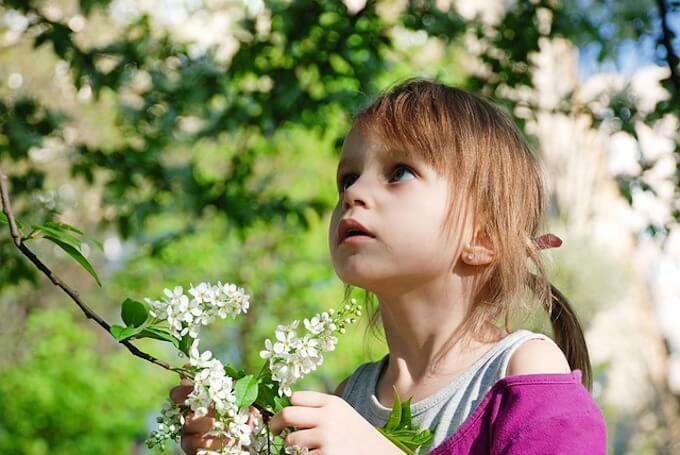 花を見ている女の子