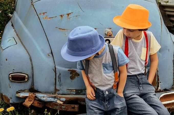 古い車と子供