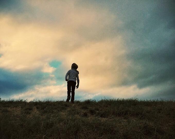 崖を登っている少年