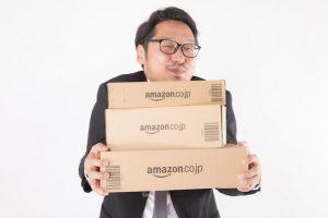 Amazonの箱を持っている男性