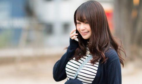電話をしている女性