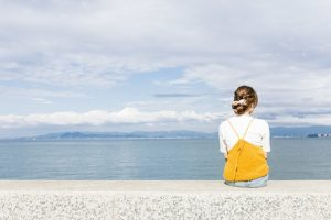 埠頭に座っている女性