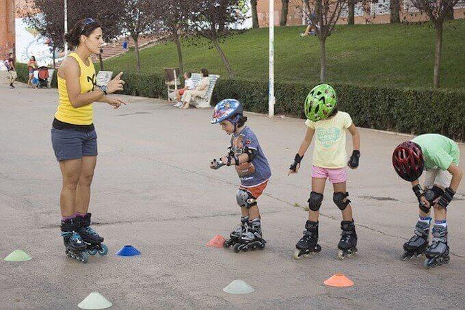 スケートしている子供