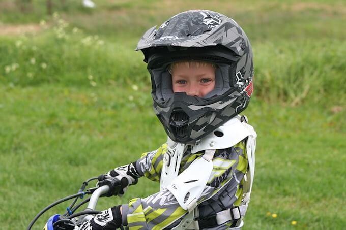 モーターバイクに乗っている男の子