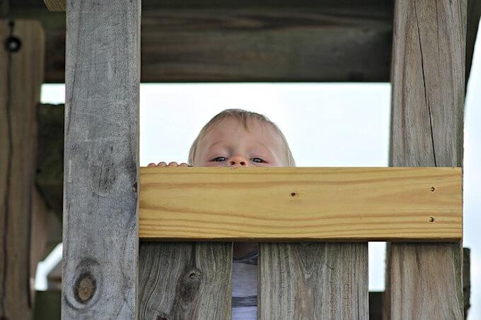 アスレチックで遊んでいる子供