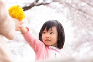 花飾りを作っている女の子
