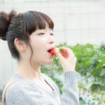 いちごを食べる女性