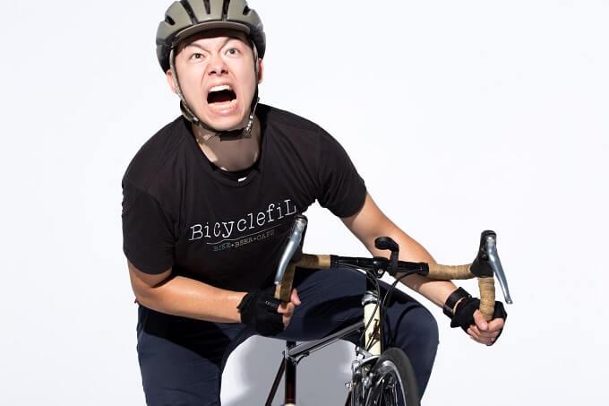 自転車を漕いでる男性