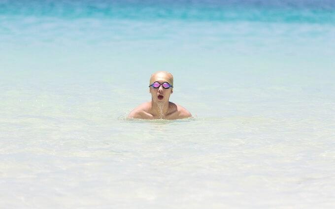 海で泳ぐ男性