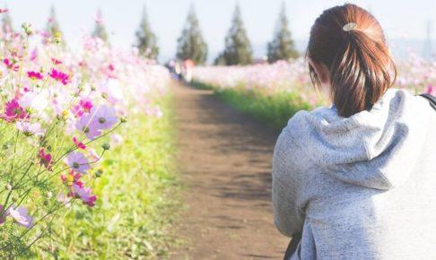 お花畑と女性