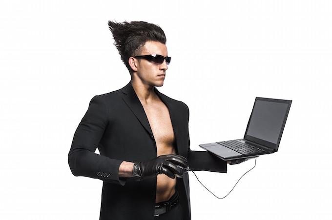 パソコンを持っている男性
