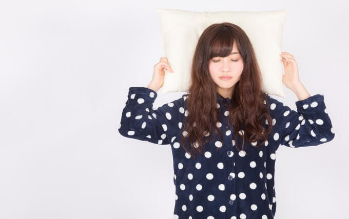 枕を持っている女性