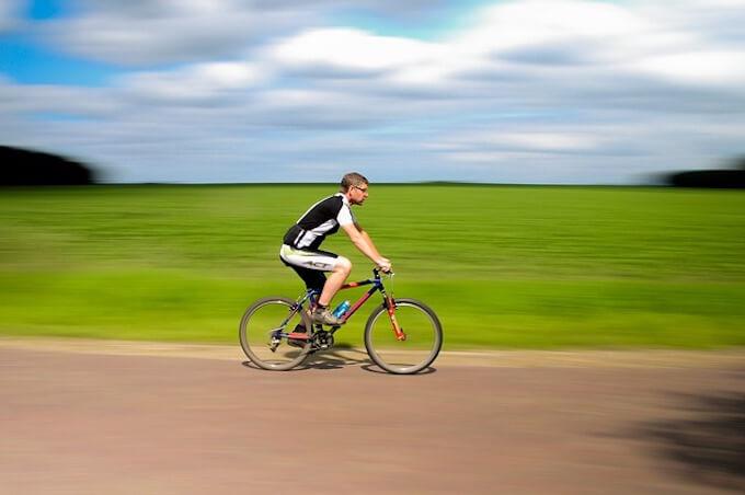 自転車に乗っているおじさん