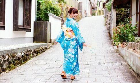 坂道と女性