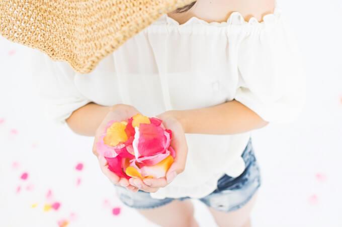 花びらと女性