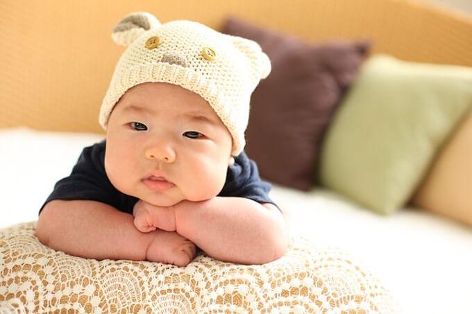 頬杖を付いている赤ちゃん
