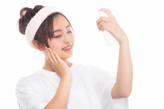 顔に潤いを与えている女性