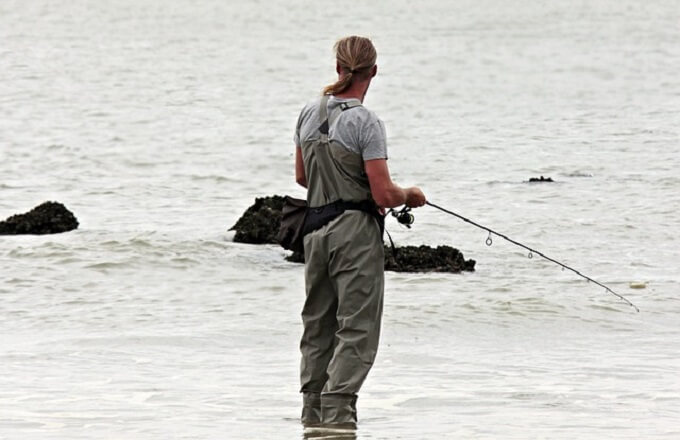釣りをしている外国人