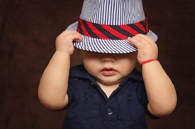 帽子を深くかぶっている赤ちゃん