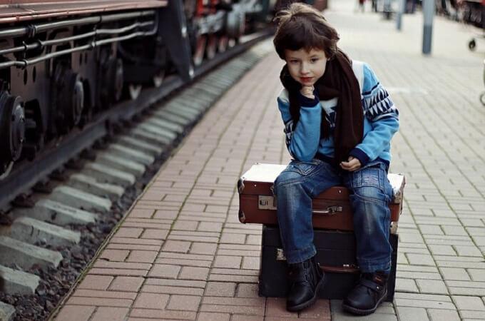 鞄に座っている少年