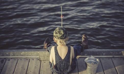 釣りをしている少年