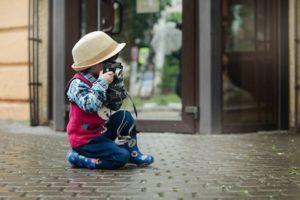 カメラを向けている男の子