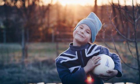 ボールを持っている少年