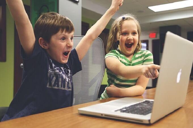 パソコンを見ている子供