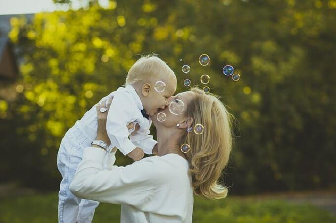 子供を抱っこしているお母さん
