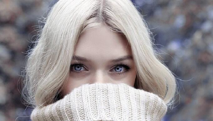 タートルネックセーターを着ている女性