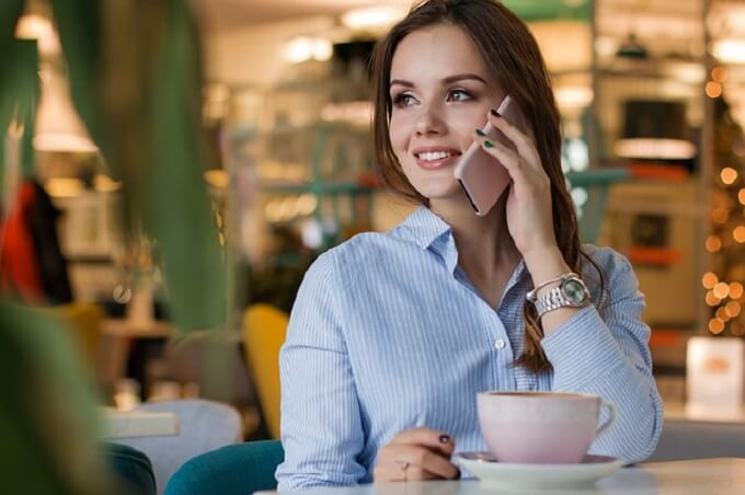 カフェで電話中の女性