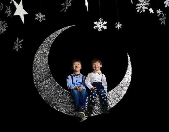 月に座っている男の子たち